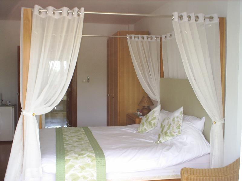 LUXURIOUS FOUR POSTER KING SIZE BED,  THE GARDEN SUITE