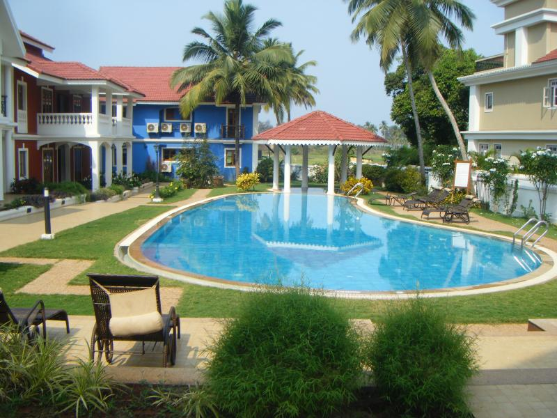 Sunny beach villa Goa retreat with infinity pool and jacuzzi surrounded by beautiful gardens
