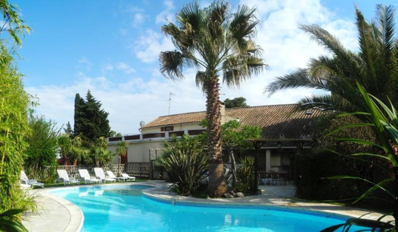 L' Oasis location vacances 7 chambres 16 personnes, holiday rental in Ouveillan
