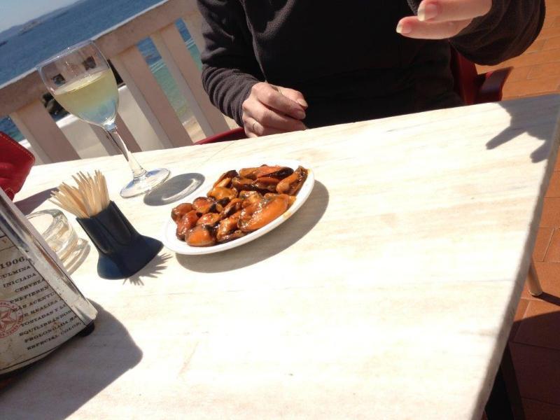 Mejillones de la ría, buenísimos, en un bar del puerto