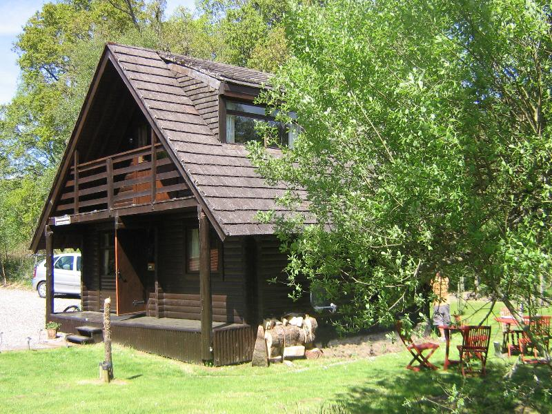 Balvaig River Log Cabin, with wood burning stove, alpine charm on water's edge, holiday rental in Loch Lomond and The Trossachs National Park