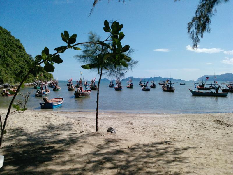 Pequeña bahía pesca tailandés en la parte inferior de la carretera 2 minutos de Villa