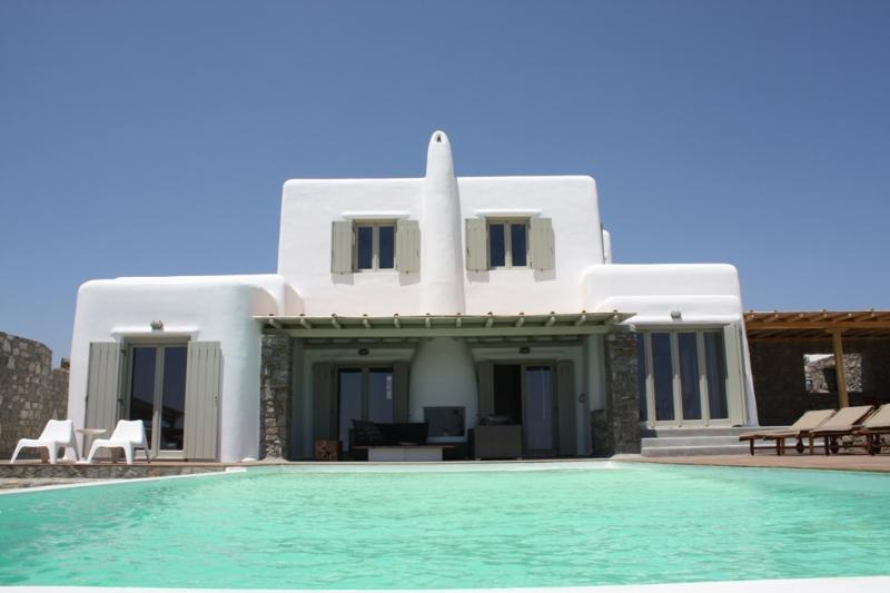 Villa Assa is a gorgeous modern deluxe 4 (+1) bedroom home, designed in the traditional Greek style.