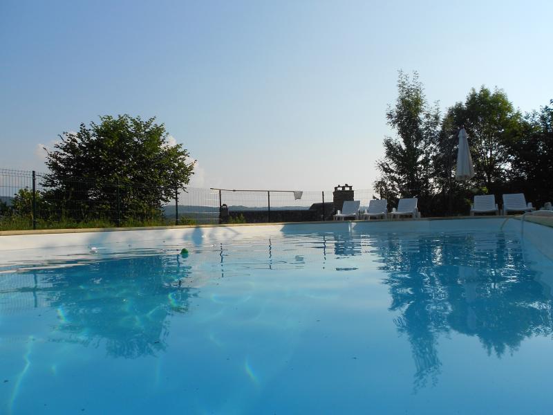 La piscine : un balcon sur la vallée du Lot.