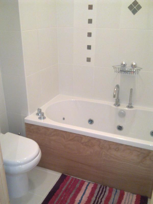 Casa de banho com banheira de hidromassagem