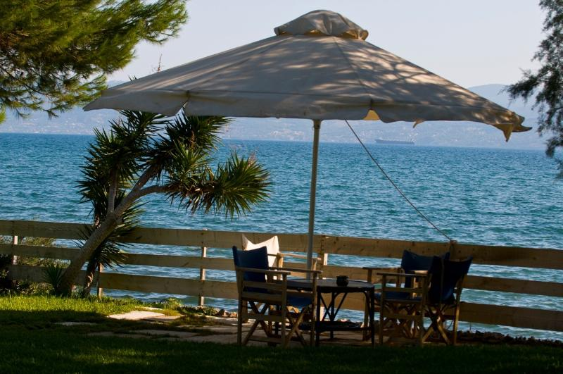 Seafront Villa , beach,dock, Feet in the water, location de vacances à Amarynthos