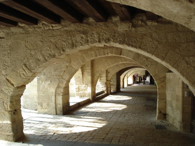 As arcadas do lugar aux herbes em Uzès