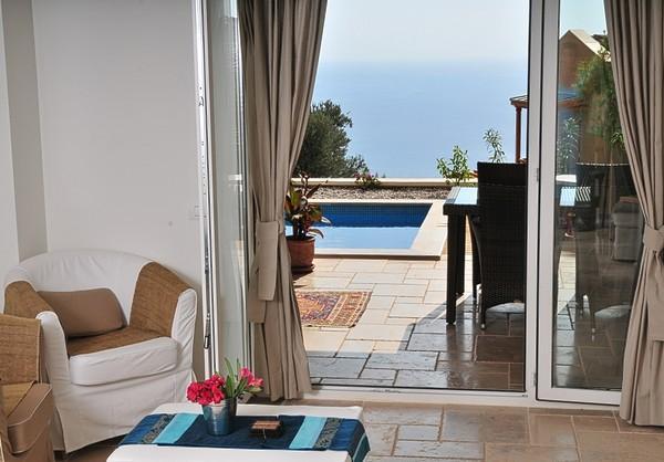 Sala de luz con vidrio puertas se abren a la terraza