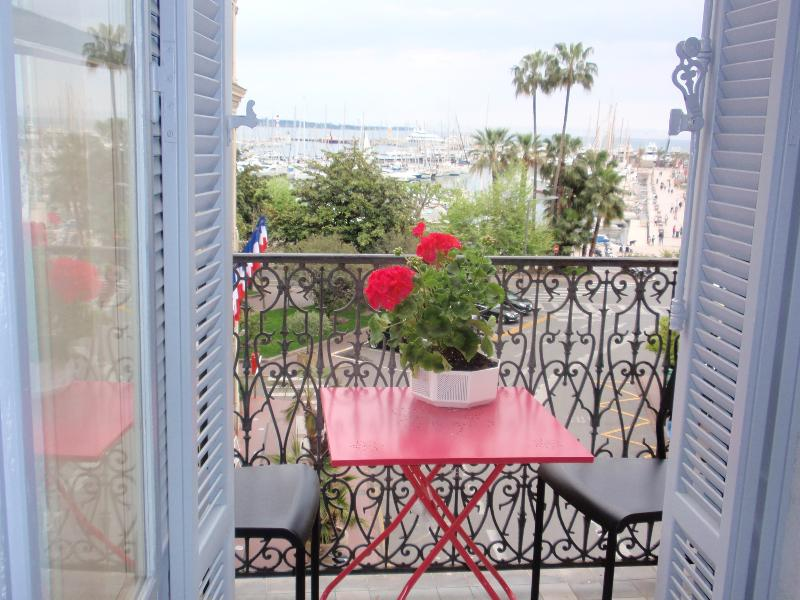 Beautiful panoramic balcony - imagine sipping a cool rosé and people watching from the balcony