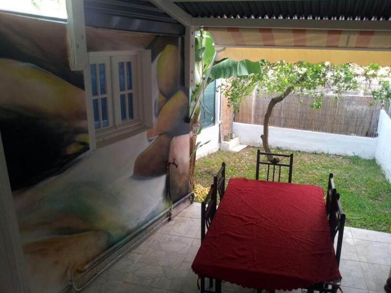 Coté jardin avec table extérieur