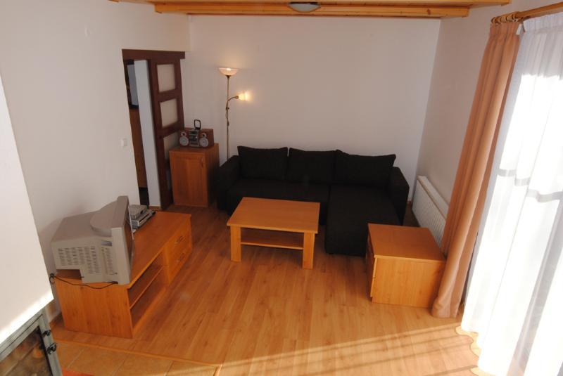 Salon confortable est le poêle à bois ainsi que du chauffage central