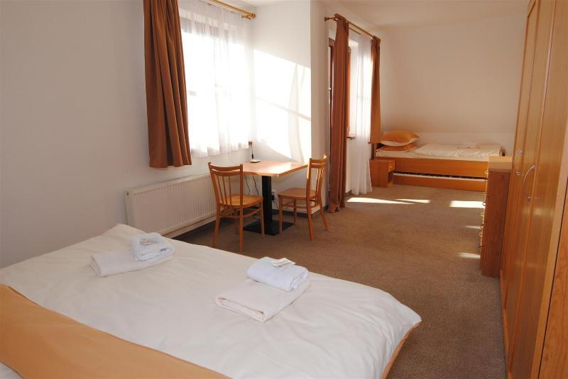 Chambre à coucher principale peut accueillir quatre et est toujours spacieuse