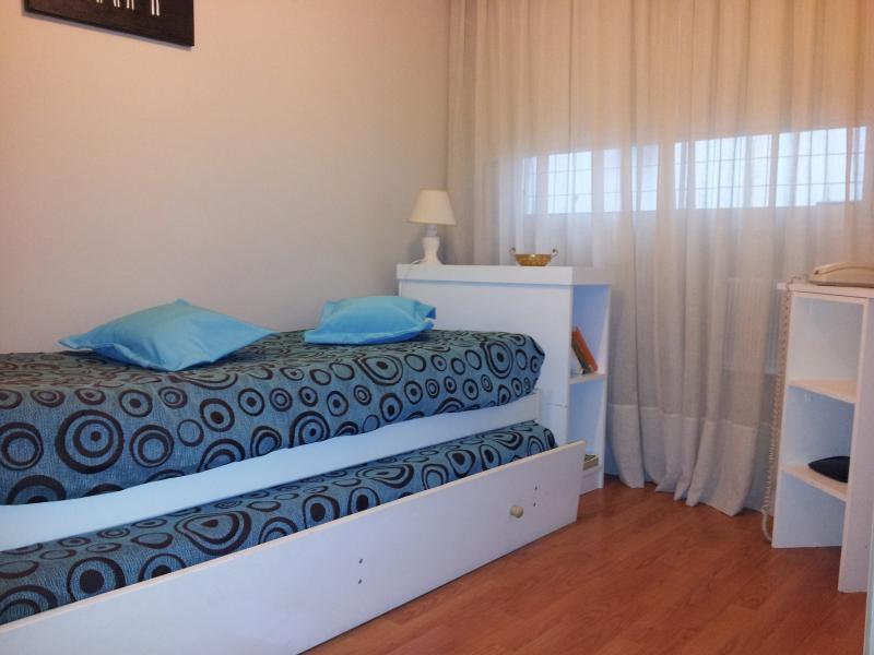 Dormitorio 2 en Planta inferior con aire acondicionado y también ventilador de techo.