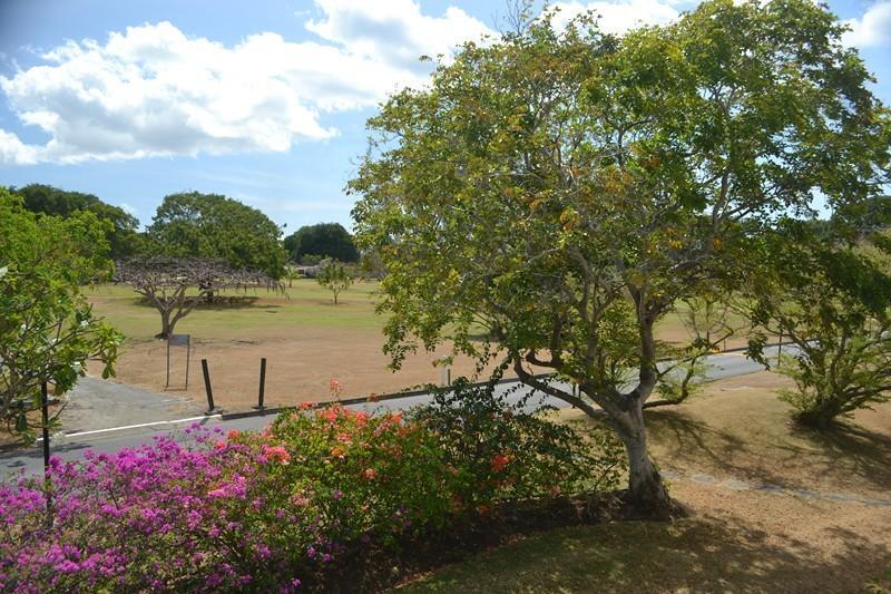 Path motsatt lägenhet balkong leder till Golf Club och Fairways (Birdies) restaurang ..