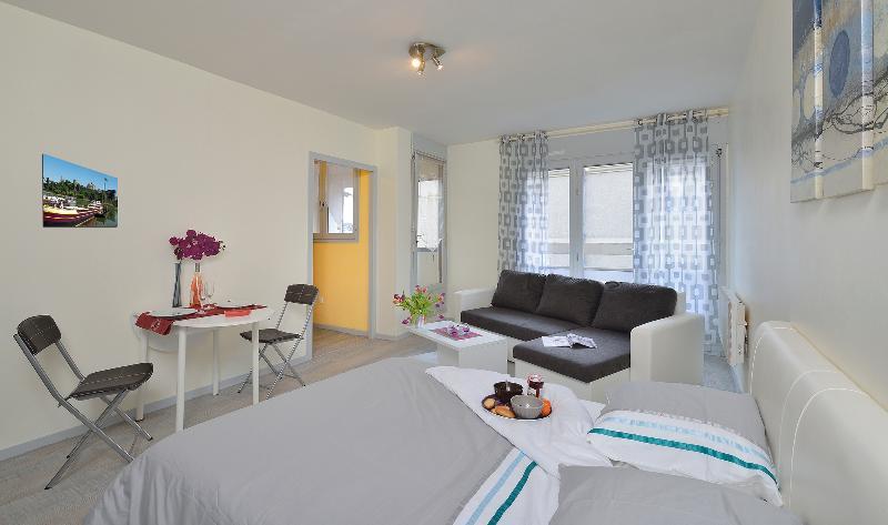 séjour/chambre vue Porte fenêtre avec accès au balcon