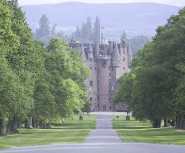 Picturesque Glamis Castle & gardens just 10 mins drive from chalet