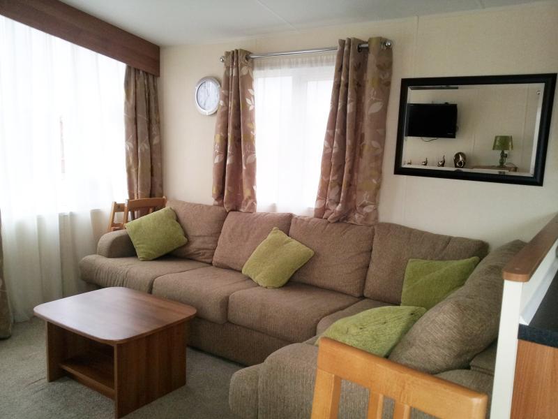 Coin salon avec des canapés confortables et de grandes fenêtres d'apporter beaucoup de lumière