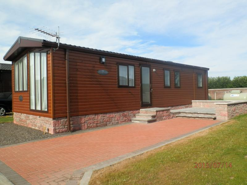 Luxury Strathmore Log Chalet with patio/garden area & private parking