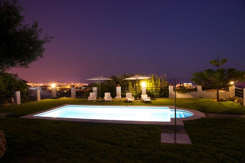 Vues dans la nuit du jardin et la piscine