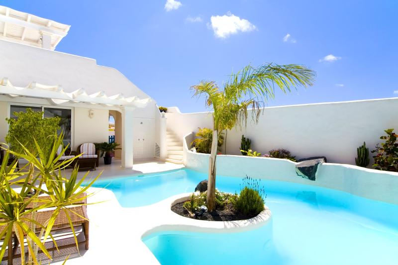 Villa BOUGAMBILLA with Heated pool 26º and Jacuzzi., holiday rental in Corralejo