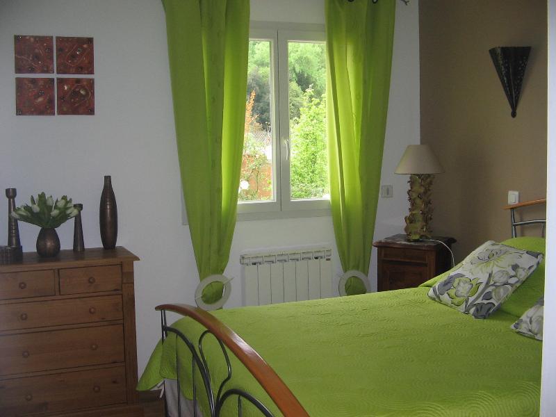 chambre avec commode et placard mural