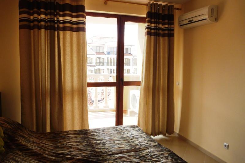 Chambre à coucher, montrant de balcon arrière et lit 2 lits simples qui peut être joints de chasse d'eau