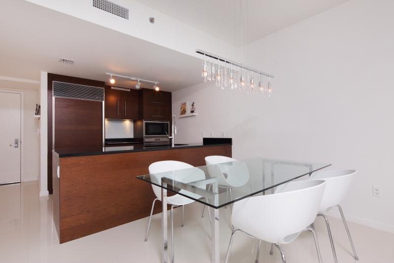 Dinning room for four people, Sub-Zero fridge, Bosch dishwasher...top quality appliances