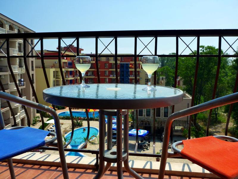 Boire un verre sur le balcon