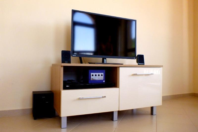 32' Toshiba TV, Nintendo Gamecube avec les jeux, DVD et système sonore 2.1