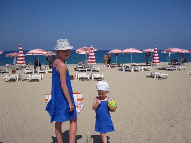 Privado de praia com guarda-sol e espreguiçadeiras gratuitas