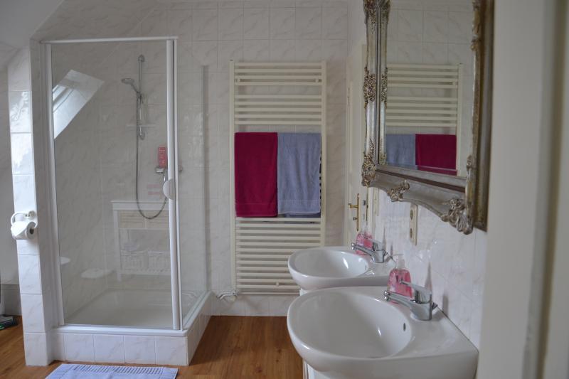 ... ducha y 2 lavabos