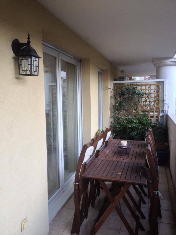 Terrasse avec accès aux différentes pièces
