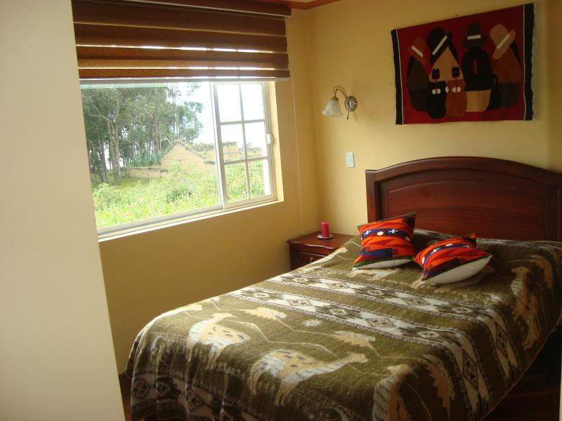 Habitación con cama king y baño compartido