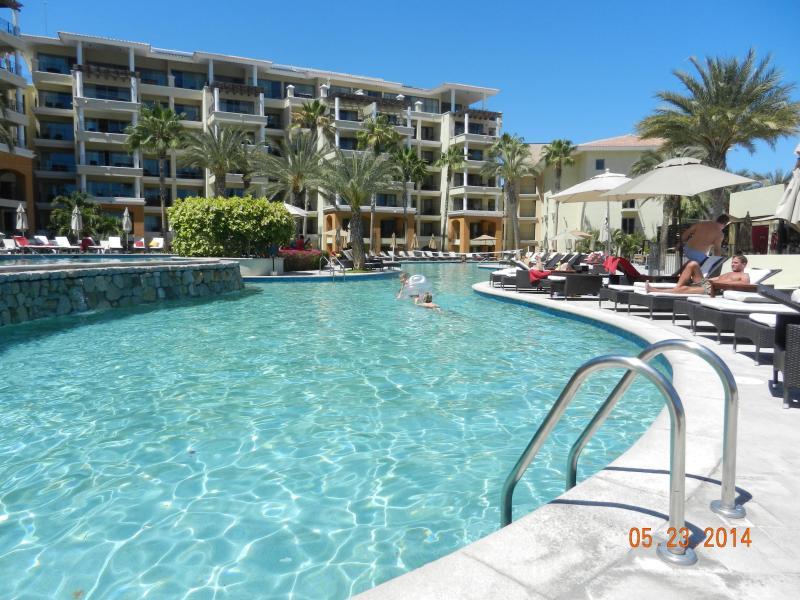 Vue des deux piscines d'eau Cascades vers le bas de la paroi rocheuse en bas piscine - tellement relaxant !