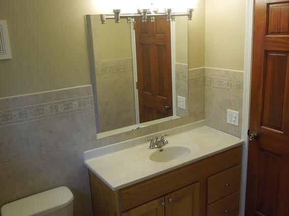 nova casa de banho com a quantidade de armazenamento