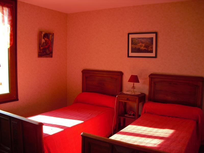La chambre , une porte fenetre donne sur la terrasse