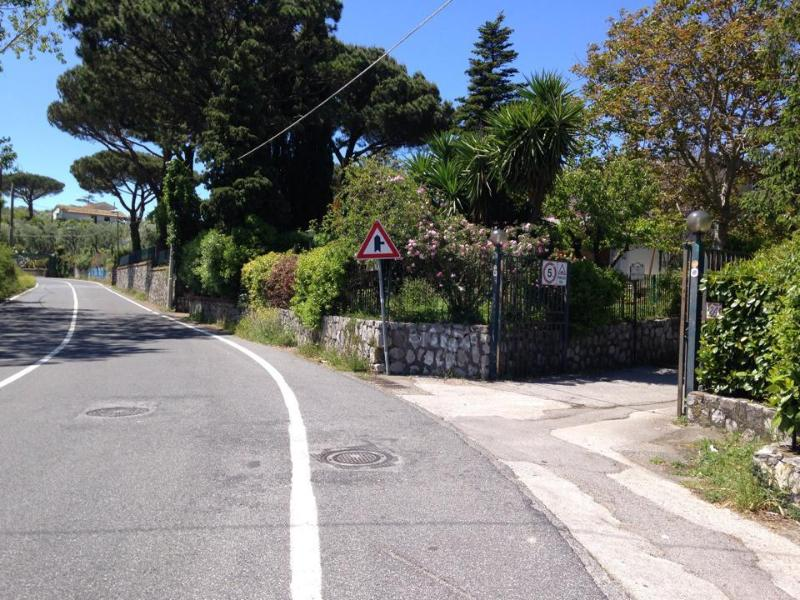 the private lane to Casa Fanella on the right from the main road