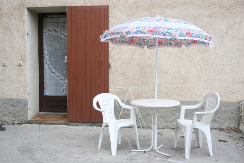 Salon de jardin  , deux transats sont également mis à disposition
