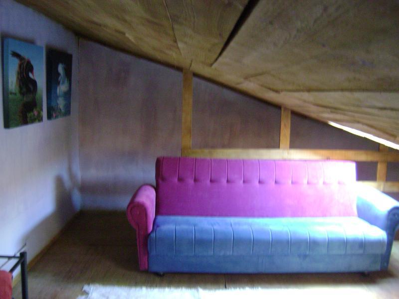 mezzanine avec lit double et un canapé