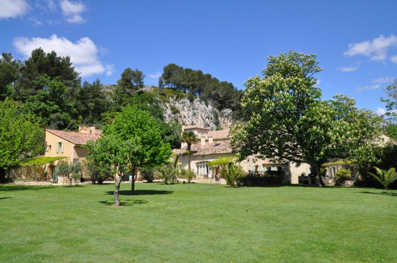 La Tuilerie - large 4 bdrm house on private estate in the heart of Provence, Ferienwohnung in St-Rémy-de-Provence