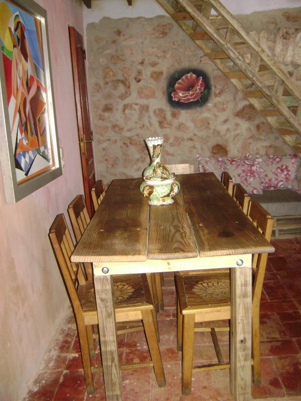Salon avec table à manger pour 8 personnes