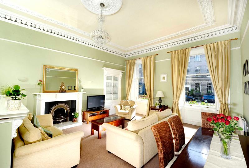 Georgian 2 bed central apartment, vacation rental in Edinburgh