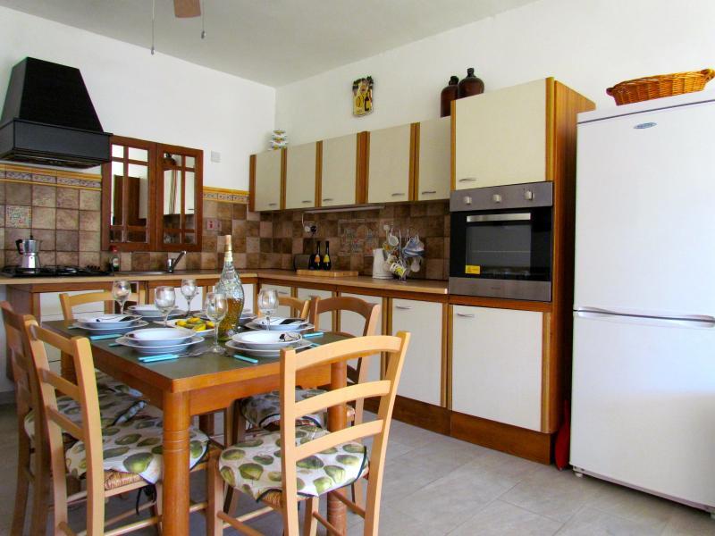 Forno a microonde, frigorifero, piano cottura a gas e forno, nonché bollitore elettrico, tostapane. pentole e posate