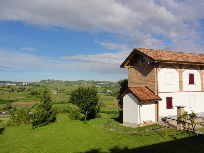 Cascina del Cedro - stunning view of the green hills
