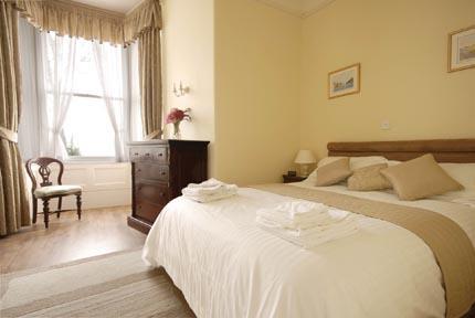 Quarto principal com cama king-size e casa de banho privativa