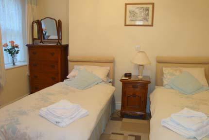 Segundo quarto com duas camas individuais