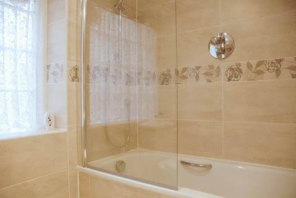 Casa de banho ladrilhada com tamanho total de banheira e chuveiro