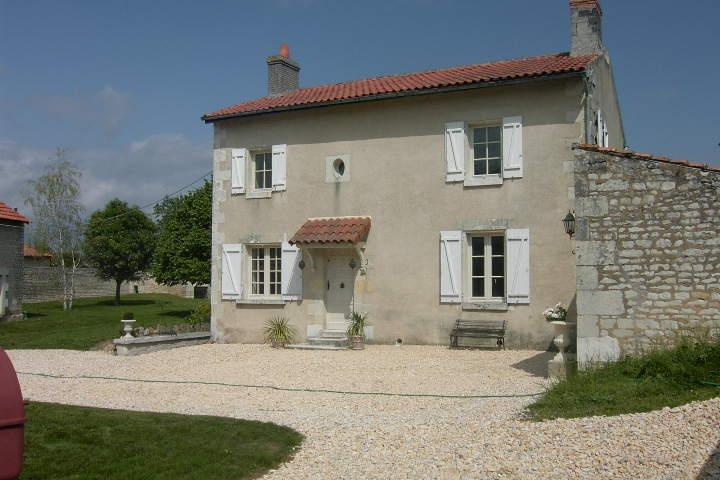 La Lavande 2 bedrooms, sleeps 4/6 Swimming pool in walled gardens of 2 acres
