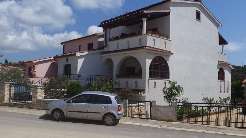 Apartment for 5 persons 250m from the sea Vinkuran, vacation rental in Banjole
