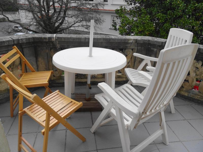 Terrasse au soleil, donnant sur jardin ( et non sur rue)
